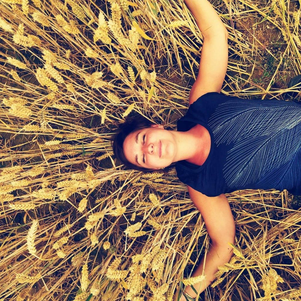 Marie couchée champ de blé