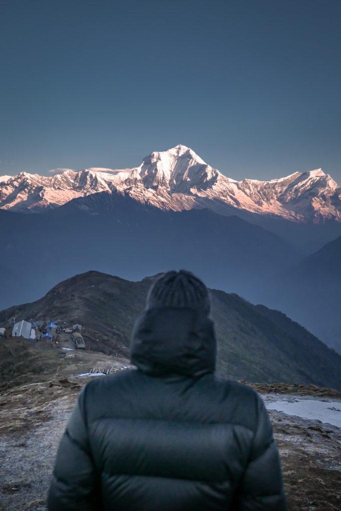 Homme face à la montagne