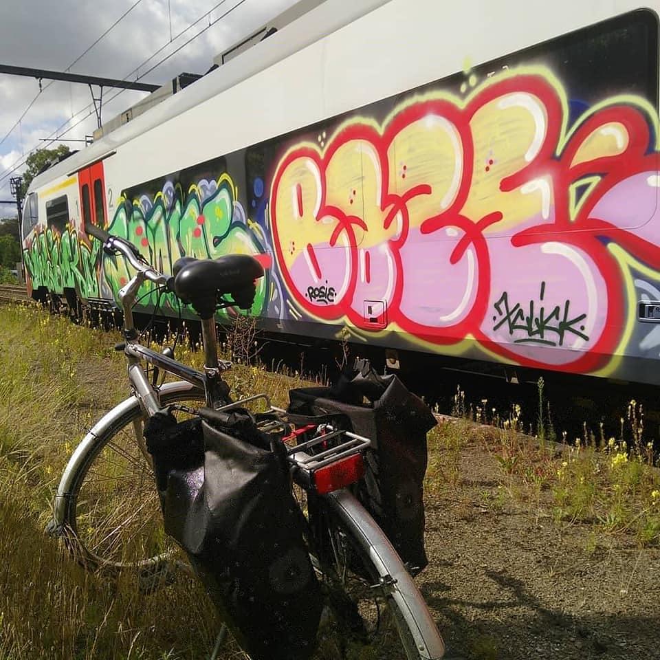 Vélo devant train tagué