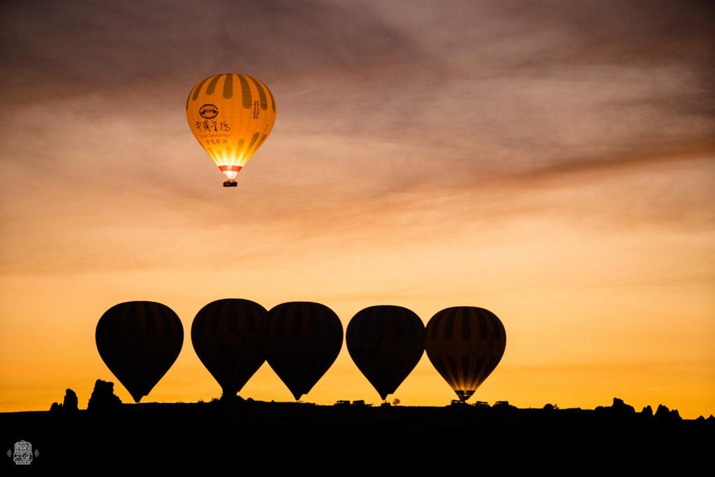 Coucher de soleil 5 montgolfière au sol et une jaune dans le ciel