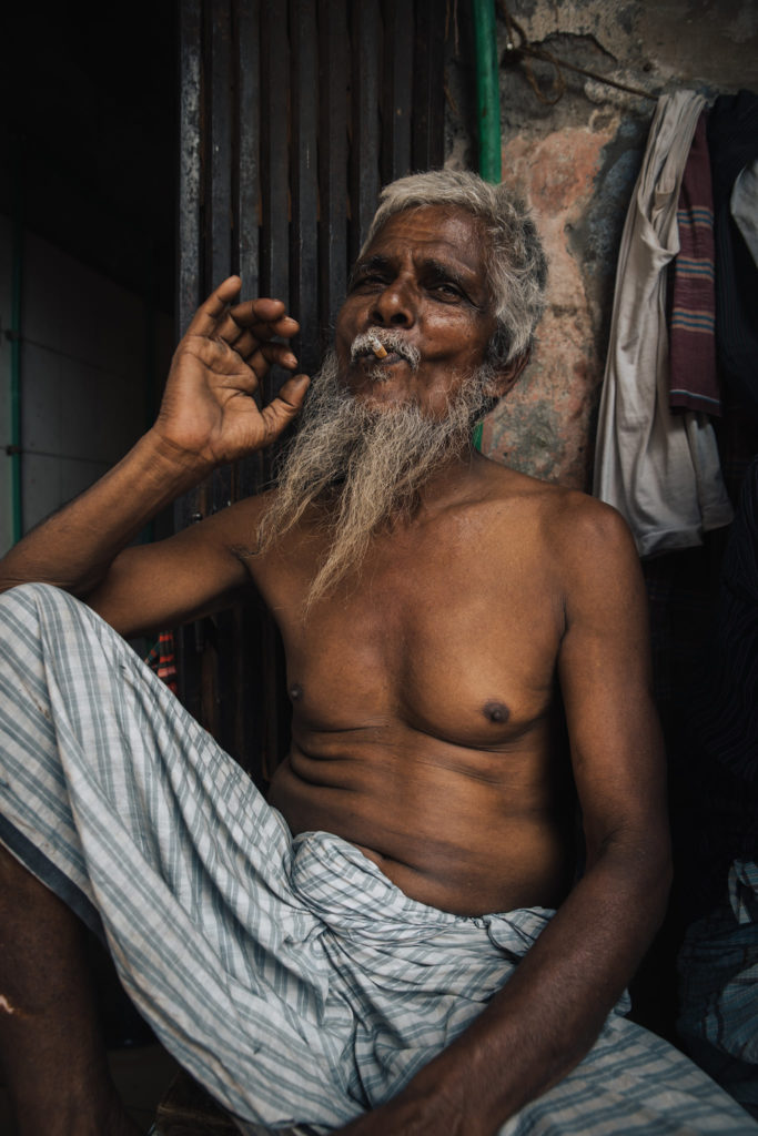 Homme fume long cheveux et barbe blanche