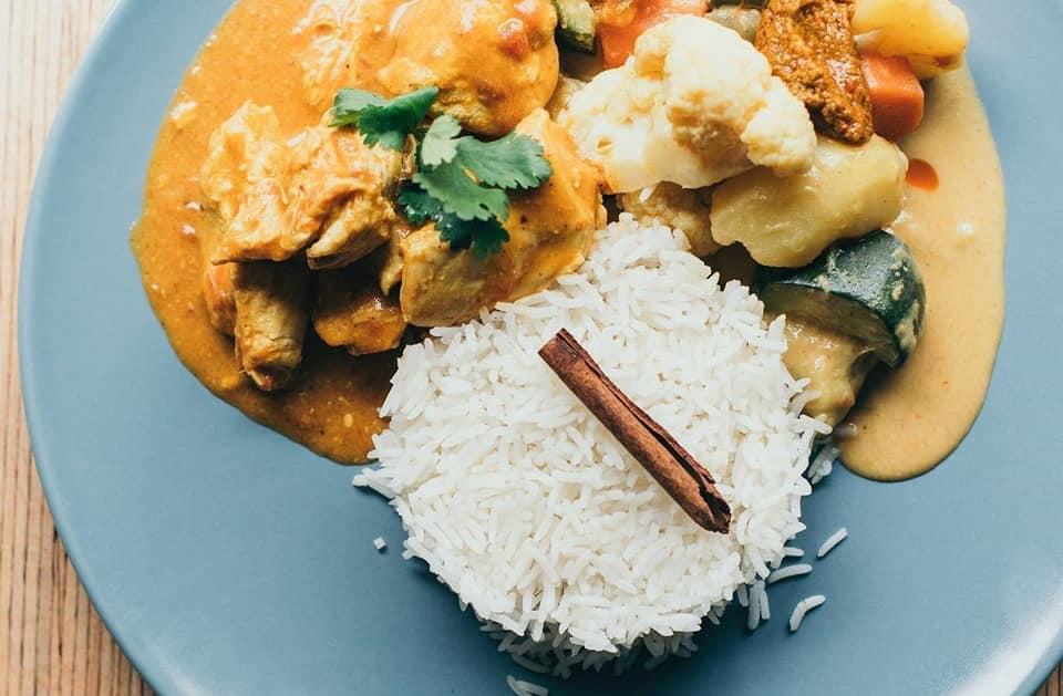 Plat indien riz poulet sauce légumes coriandre fraîche bâton cannelle