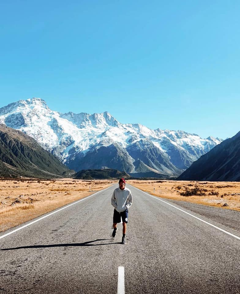 Homme sur la route. Paysage sec montagnes derrière