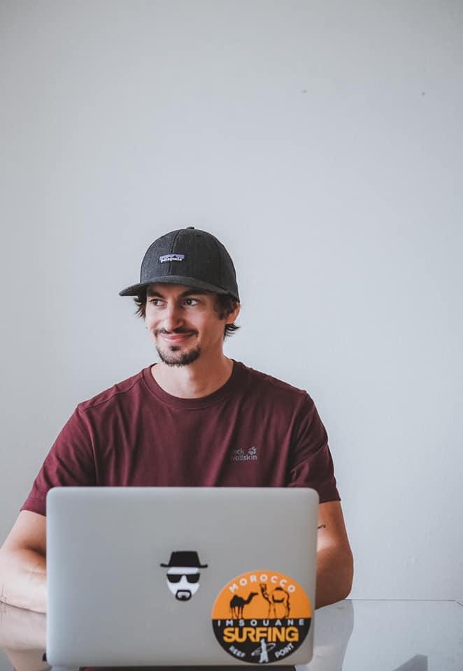 Jeremybackpacker assis avec ordinateur sur les genoux