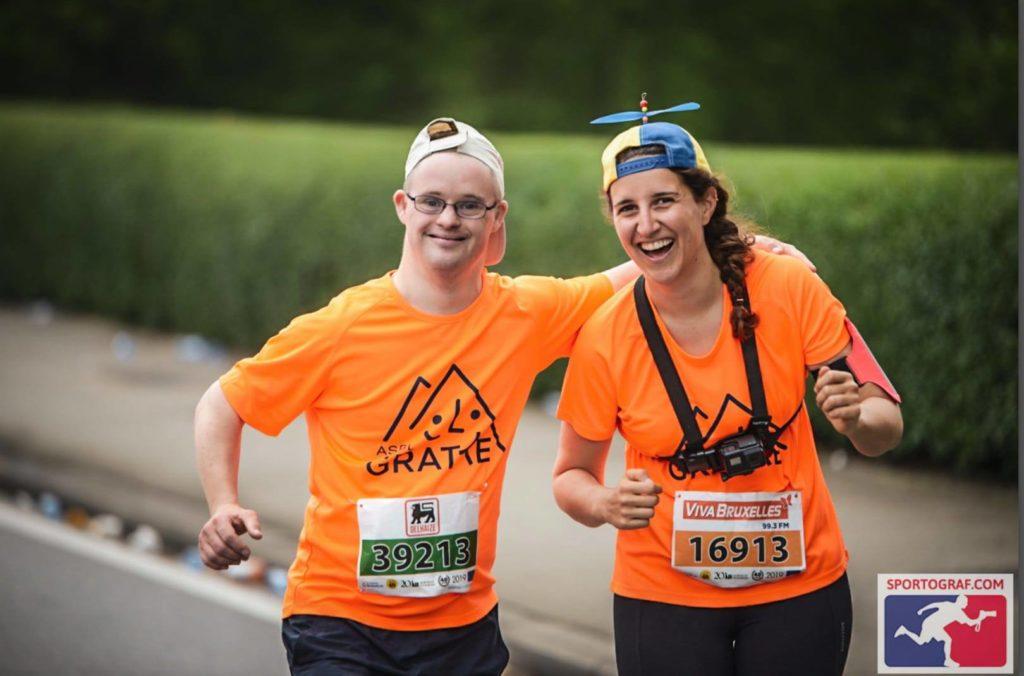 Deux personnes tee-shirt orange brassard de course à pied
