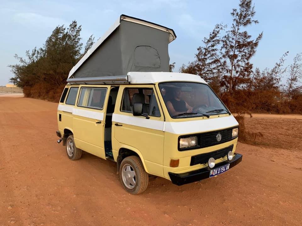 Van blanc avec couchette sur piste au Sénégal