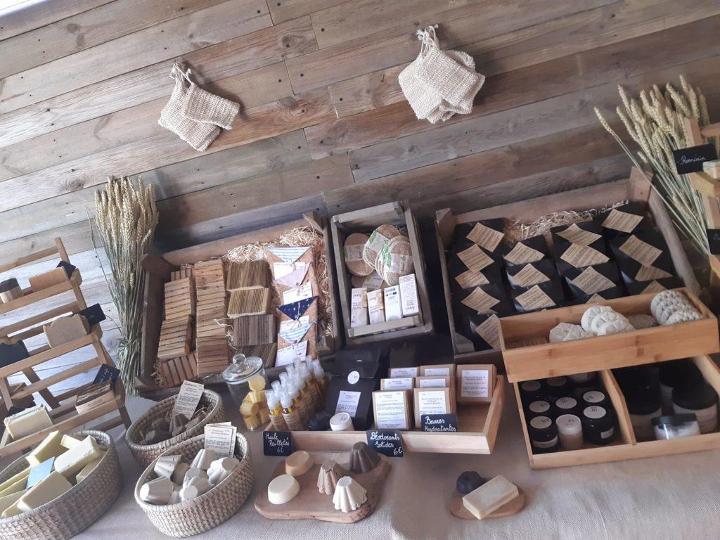 présentoir bois avec différents savons