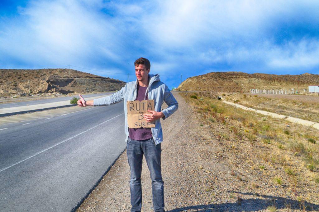 Nicolas stop dans paysage désertique panneau carton