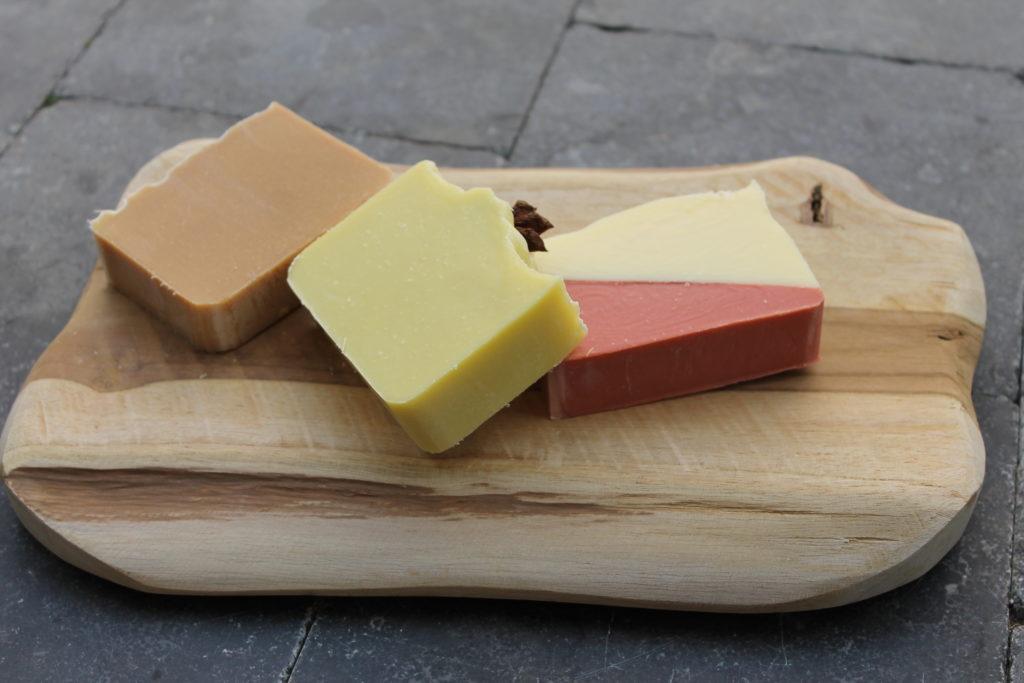 Planche bois avec savons brun vert rouge et blanc