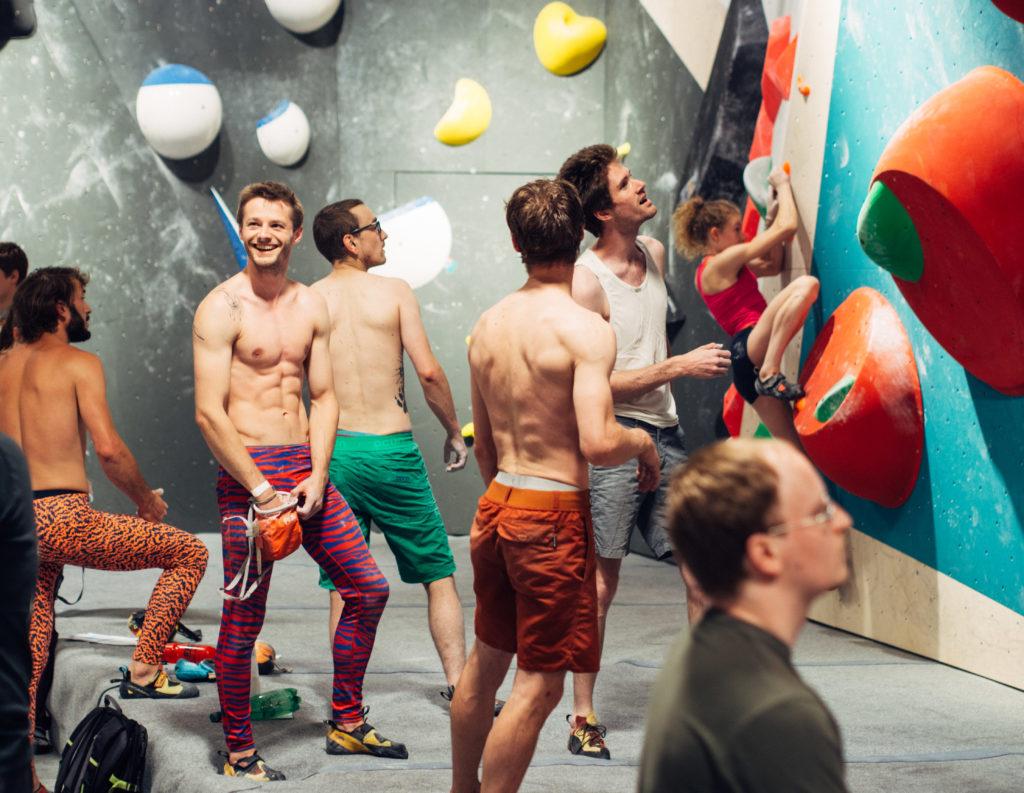 Jeunes torse nu devant murs d'escalade