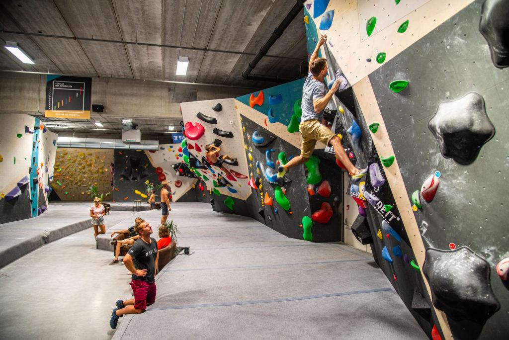 Plan larges de la salle de grimpes. Blocs et parcours différents