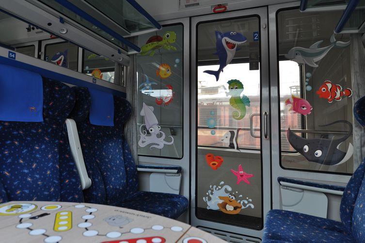 Wagon train sièges bleus autocollants animaux de la mer  sur fenêtres