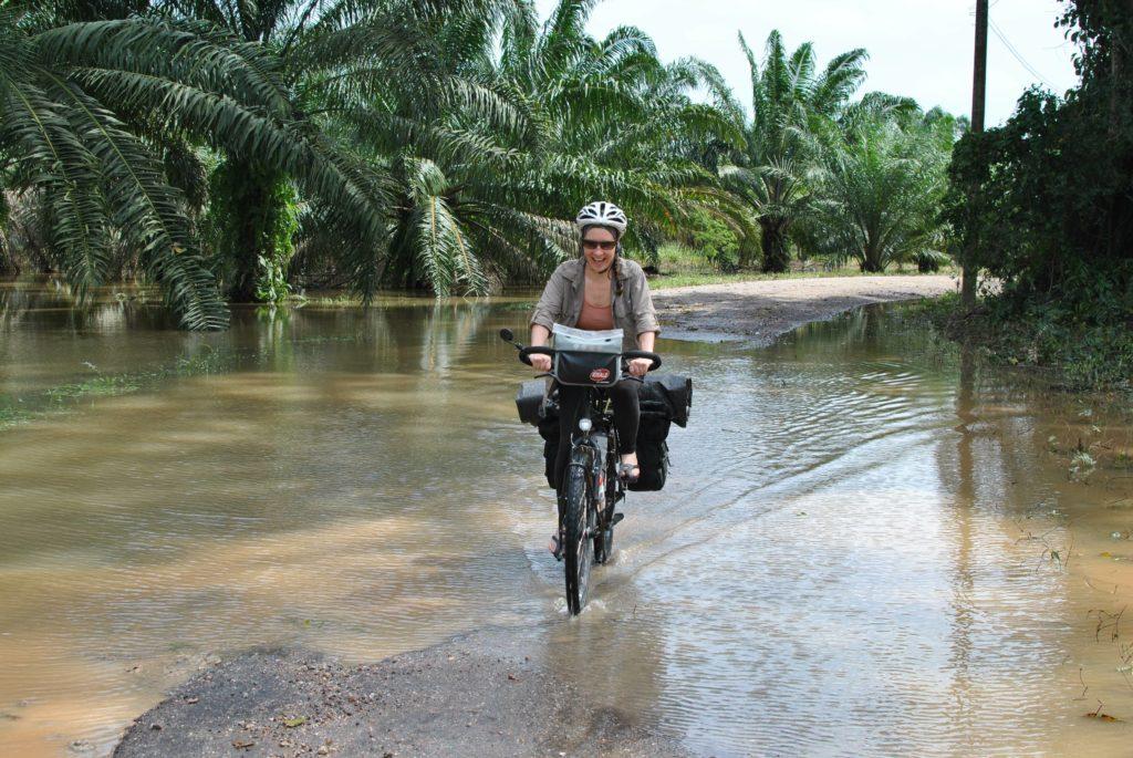 Claire Vélo Thaïlande palmier eau au sol