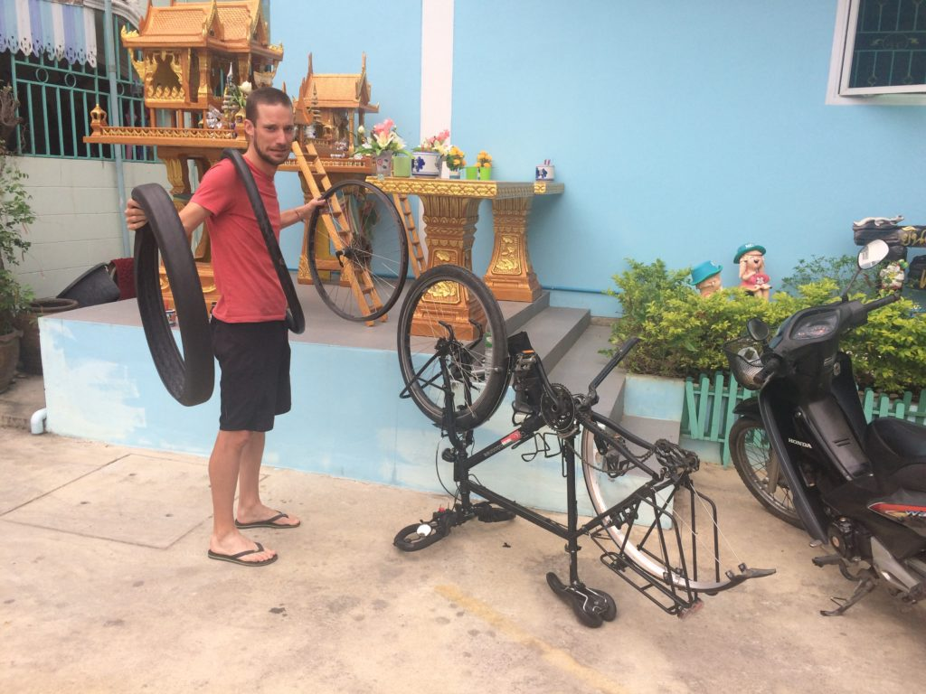 Homme dans atelier vélo en train de réparer roue