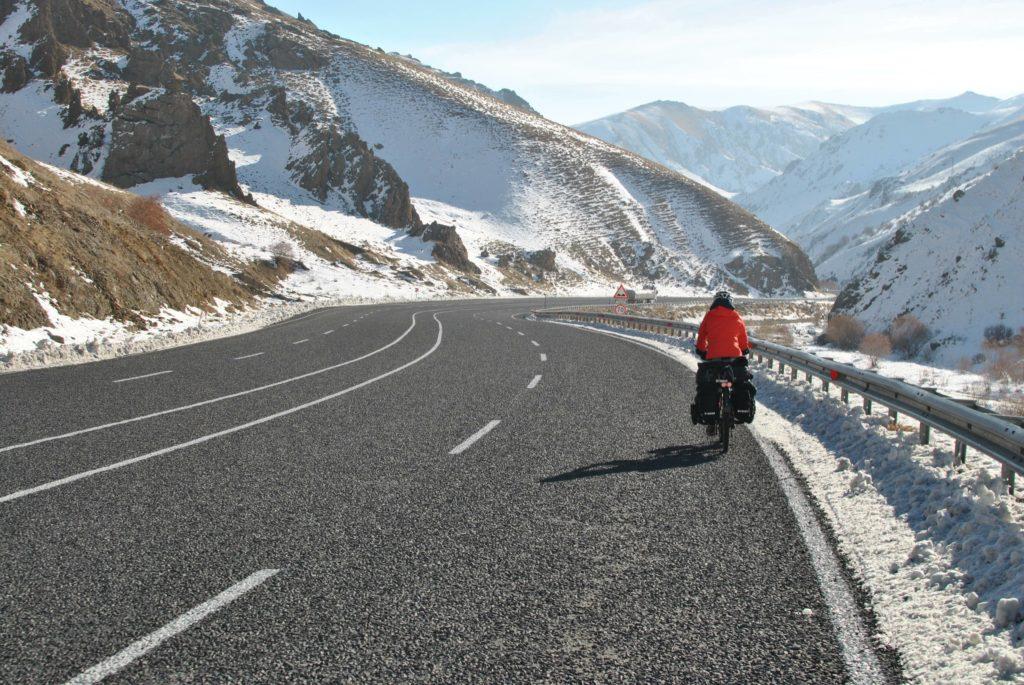 Vélo route montagne enneigées