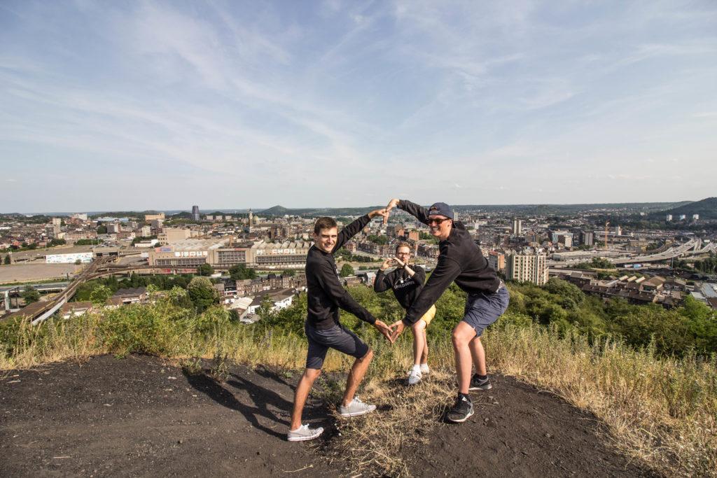 Equipe carolographie 3 garçons sur un terril