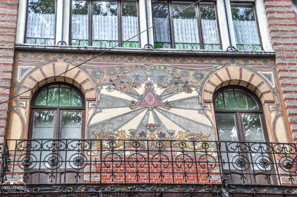 Maison dorée Charleroi façade motif art déco
