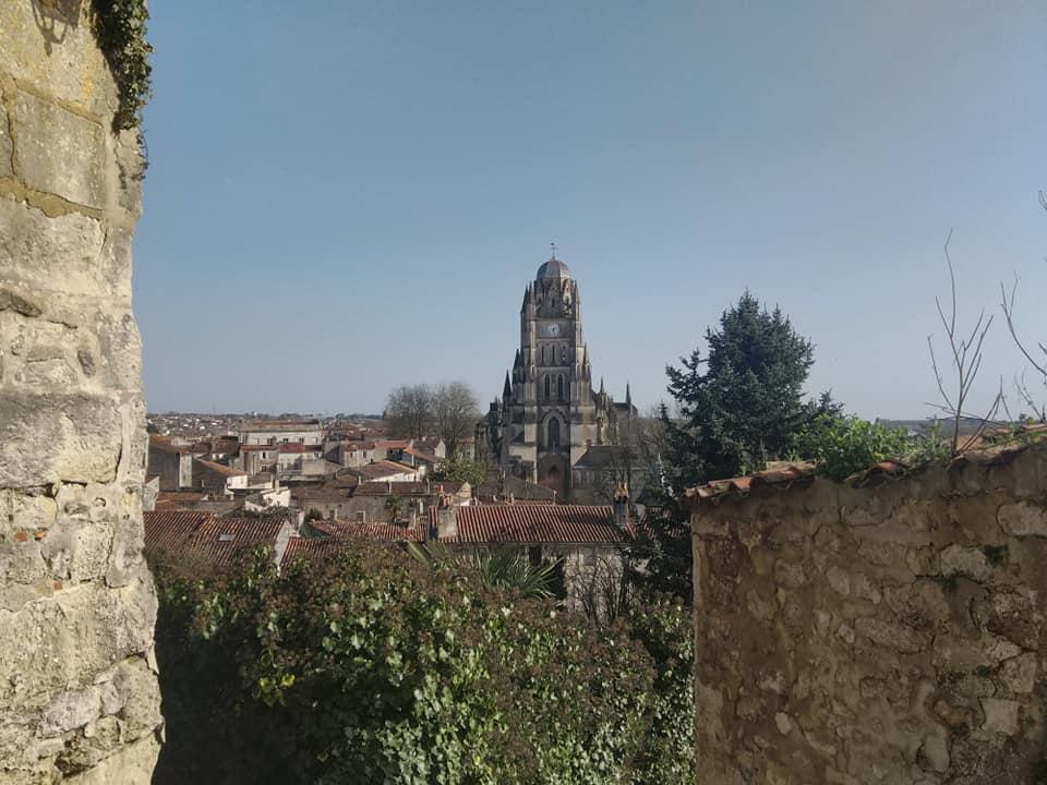 Eglise au milieu village