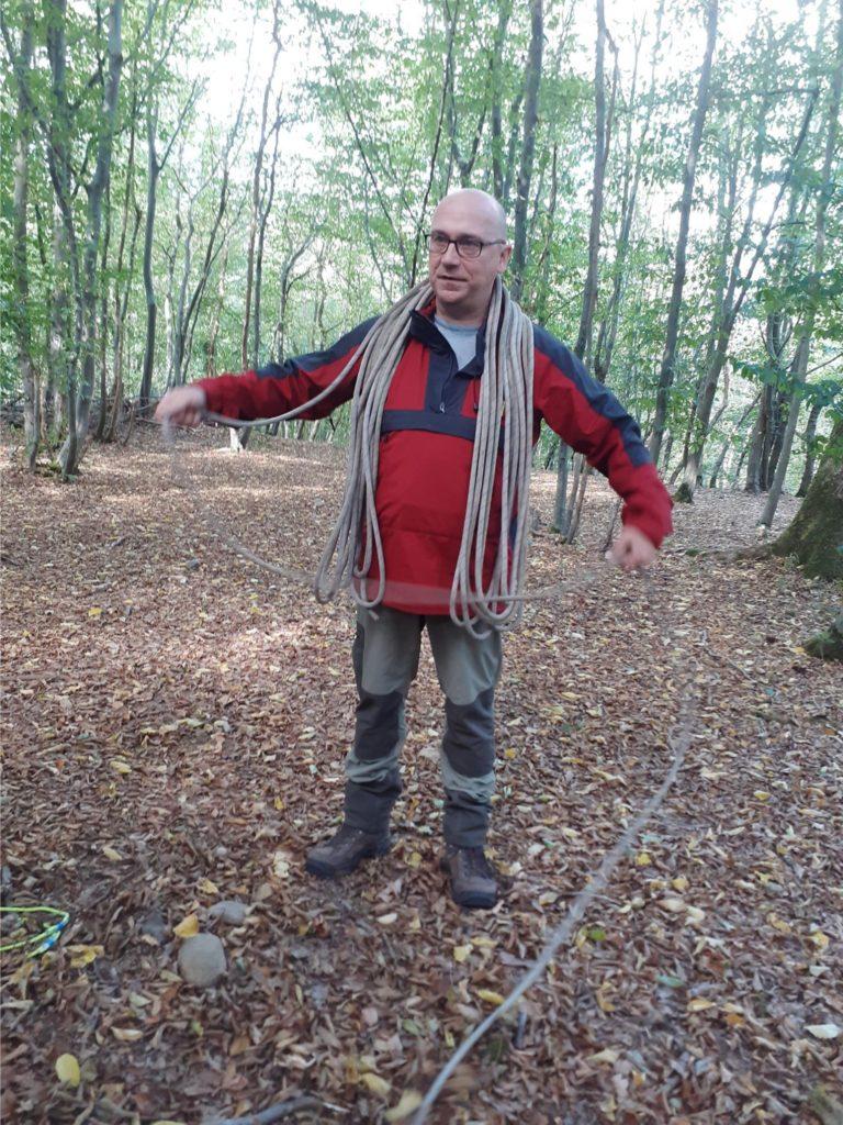 Homme bois cordage autour des épaules