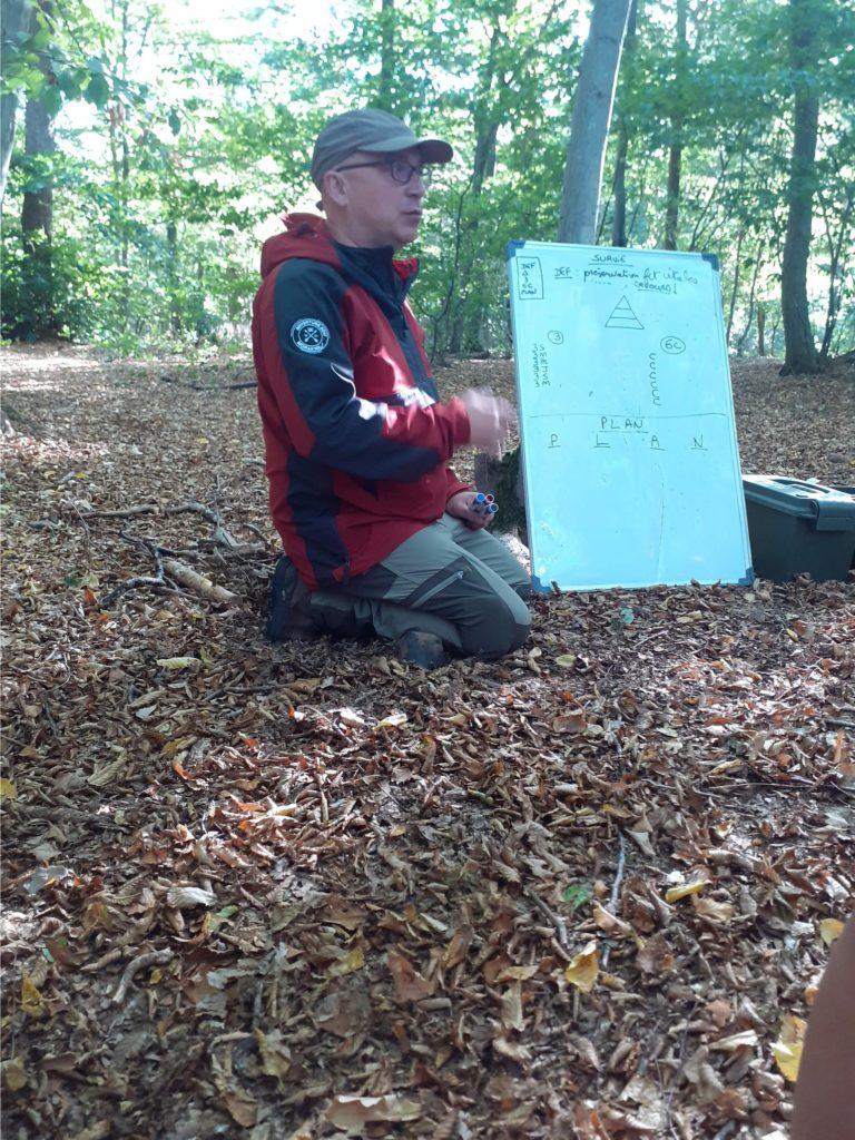 Homme casquette explication tableau blanc bois