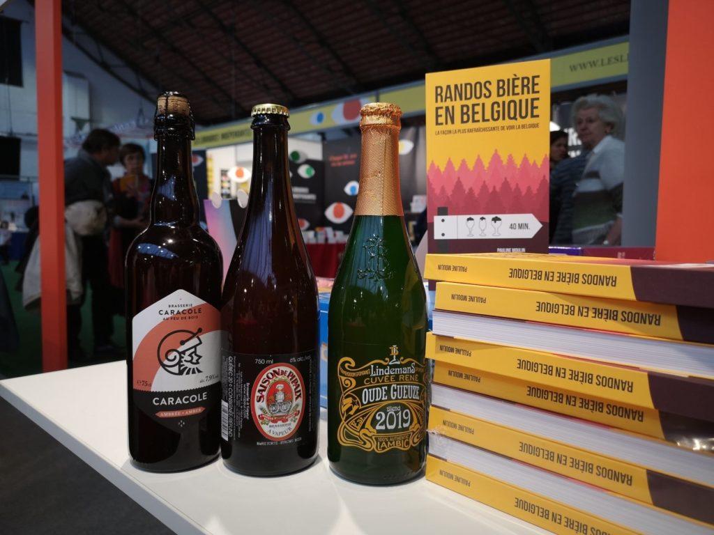 Table bière guide rando bière  livres jaunes sapins roses et rouges