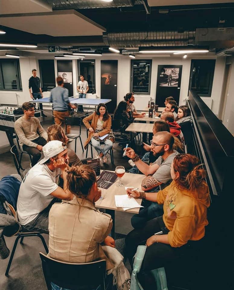 personnes autour table auberge de jeunesse