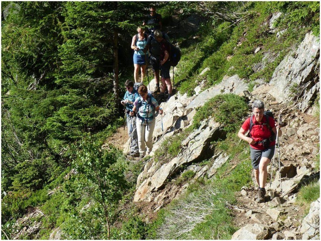 Groupe de randonneurs dans  chemin escarpé