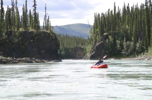 Photo canoë sur rivière Canada sapins et montagne