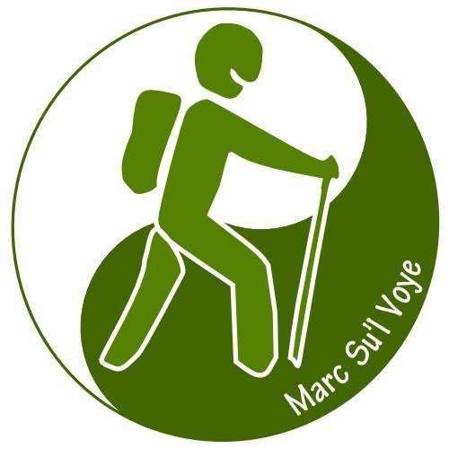 Logo dessin marcheur avec bâton et sac à dos dans un rond vert et blanc