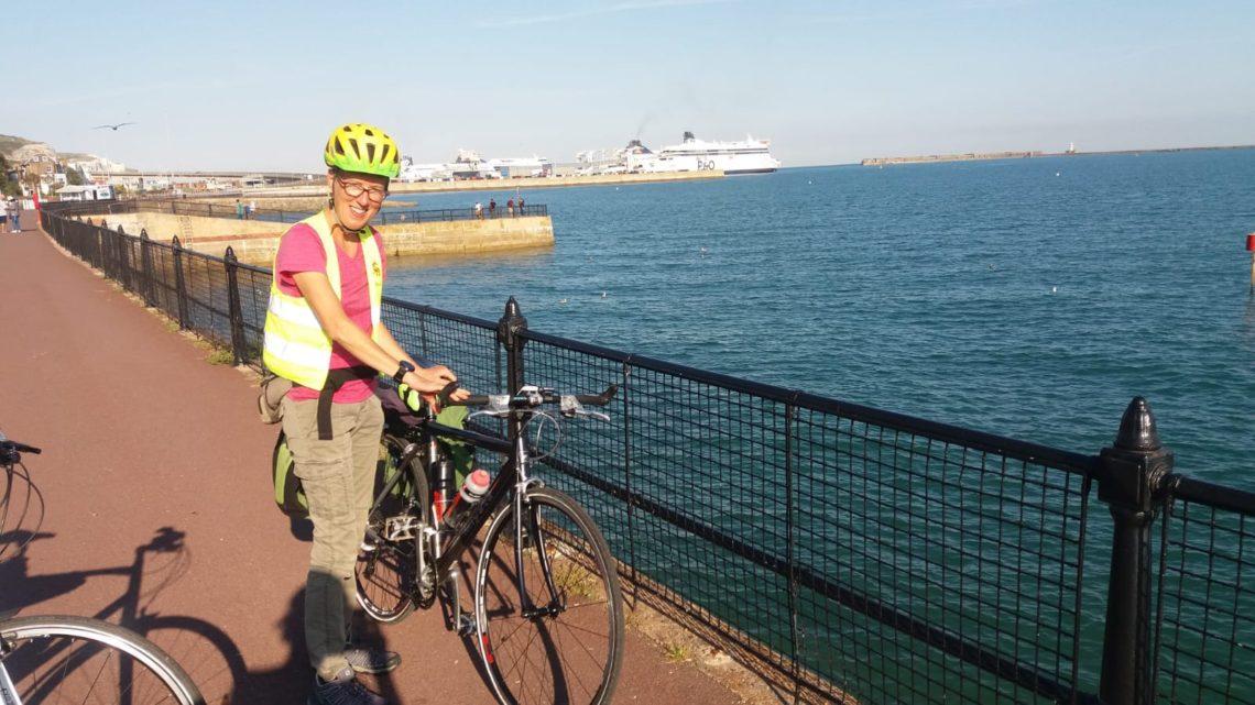 femme vélo au bord de la mer