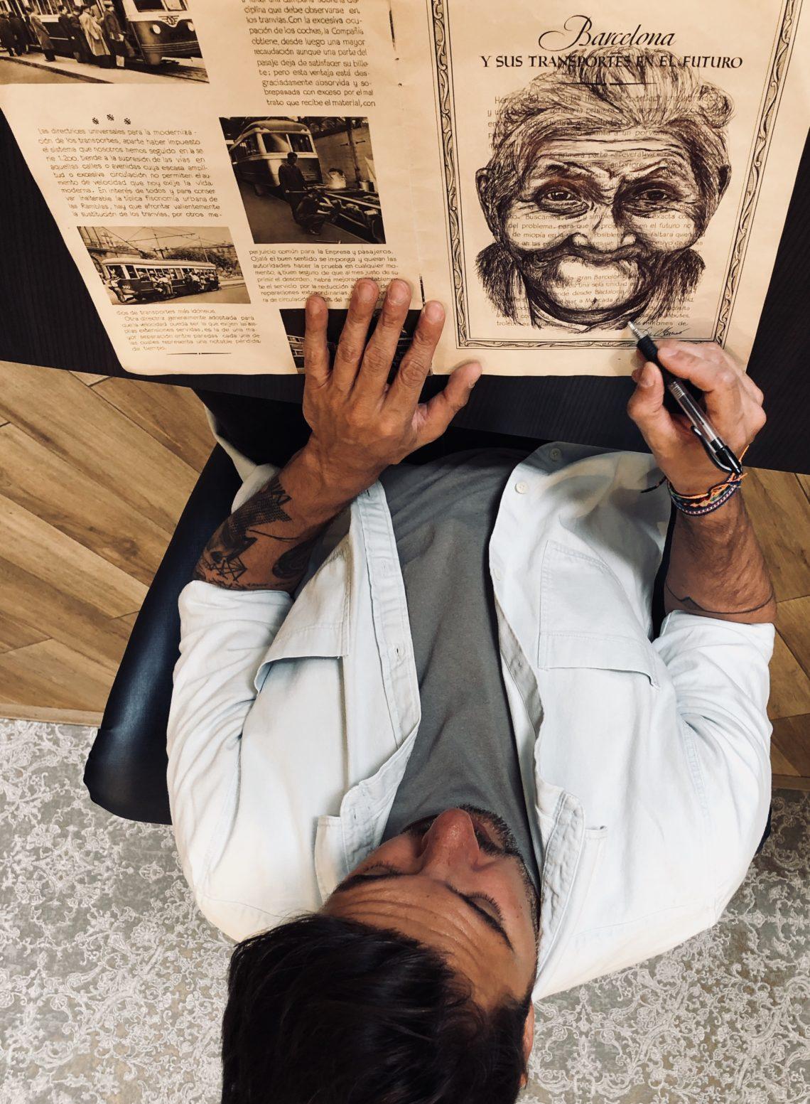 Michael vue plongeante dessine sur portait traits noirs sur livre