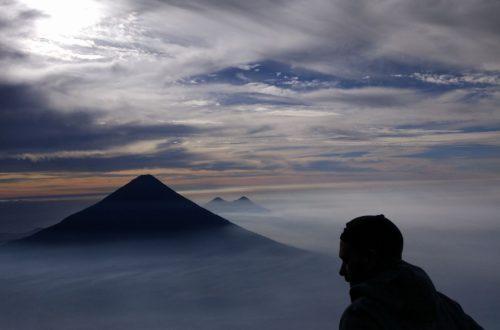 aurelien contre-jour face montagne nuages
