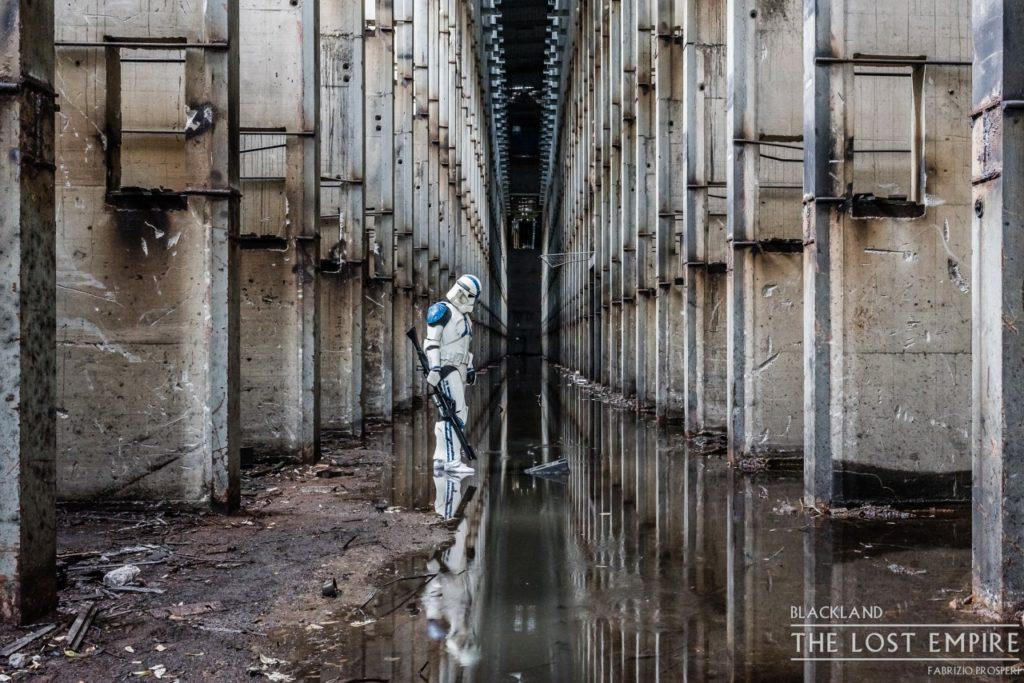 Stormtrooper dans lieu abandonné, colonnes et eau au sol