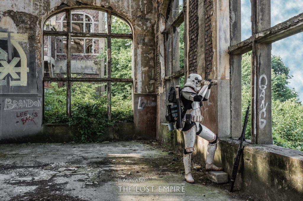 Stormtrooper dans salle des pendus d'une mine abandonnée envahie par les plantes