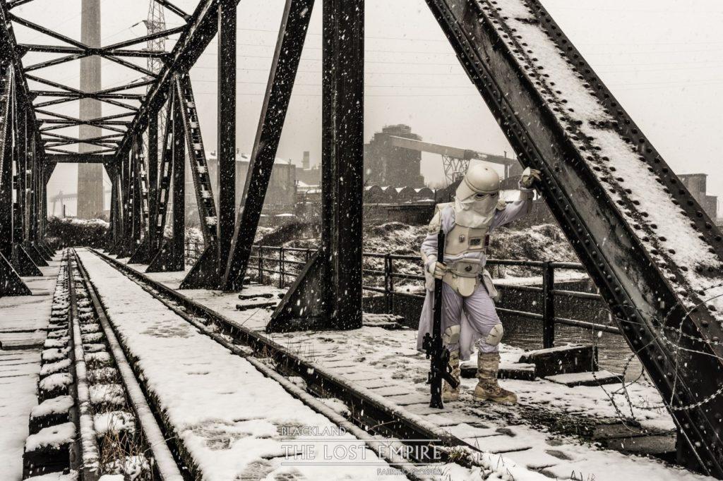 stormtrooper sur pont de train enneigé avec rails
