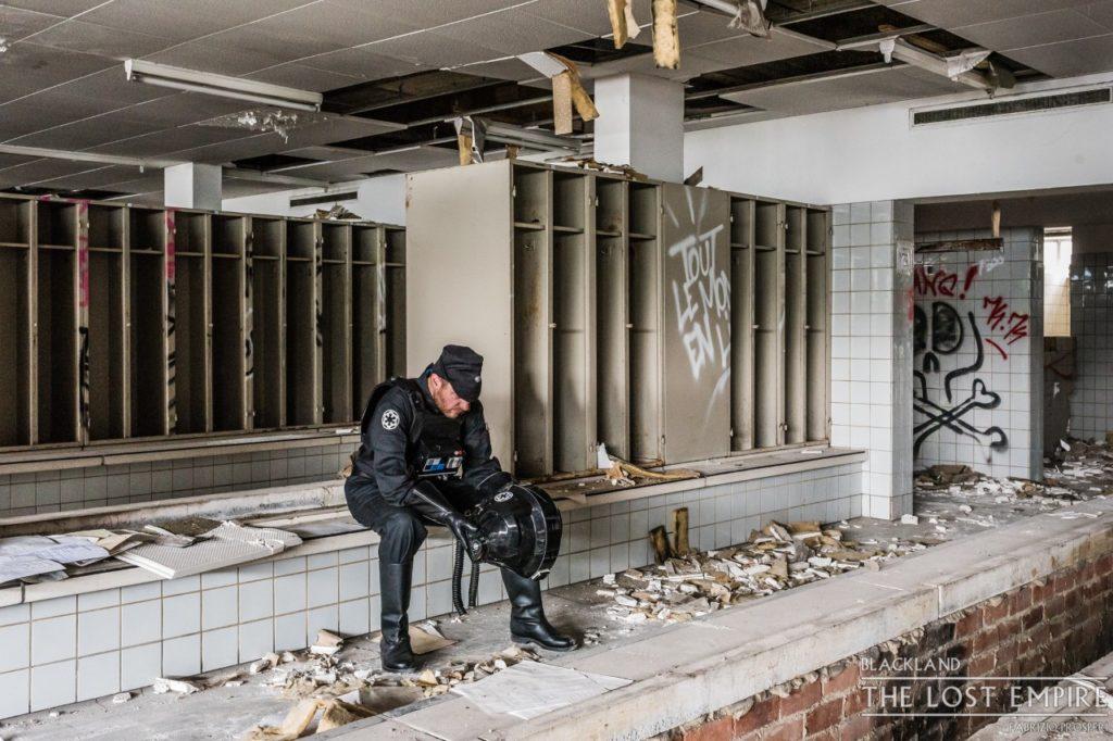 Homme en noir dans station de métro abandonnée