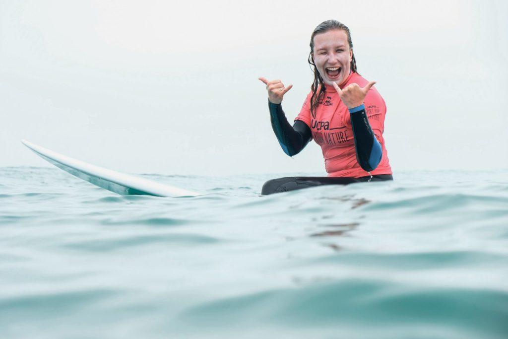 femme en tenue rouge assise sur surf